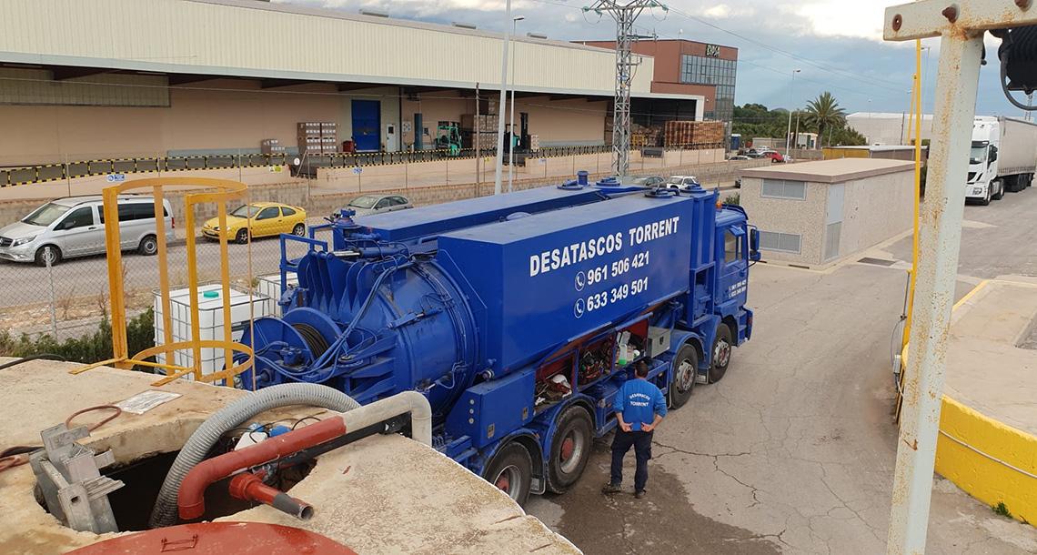 Limpieza de tuberías con camión cuba en Torrent